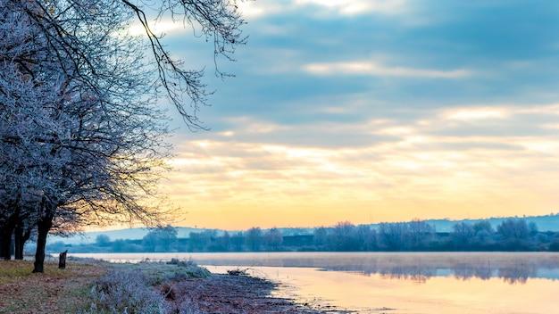 朝日の出のある風景