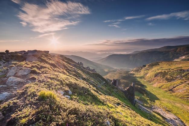 山と雄大な空のある風景