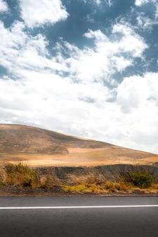 山と道路のある風景