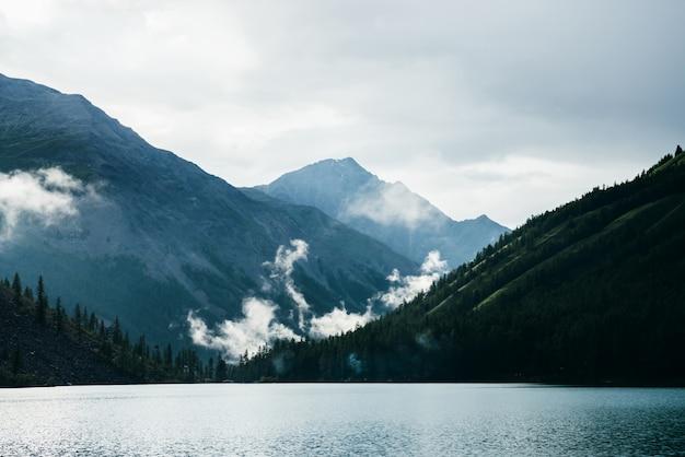 Пейзаж с горным озером и низкими облаками