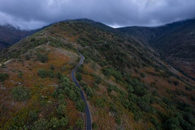 Пейзаж с горной дорогой в пуэрто-де-гондурас, испания