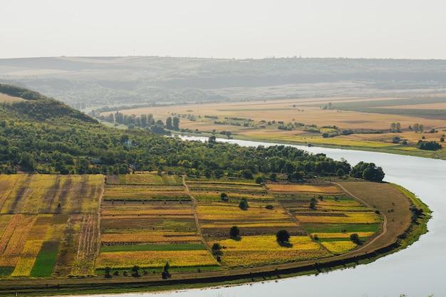 山、野原、川のある風景。