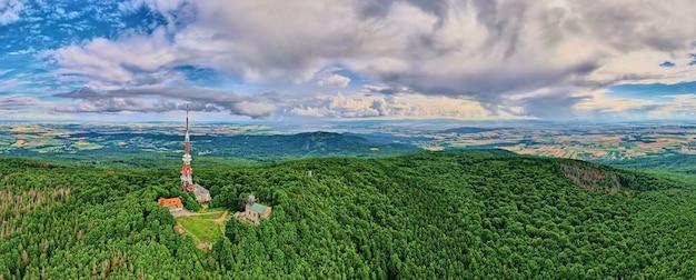 Пейзаж с горами, зелеными полями и деревней, вид с воздуха