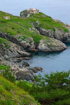 海と岩の多い海岸のある風景