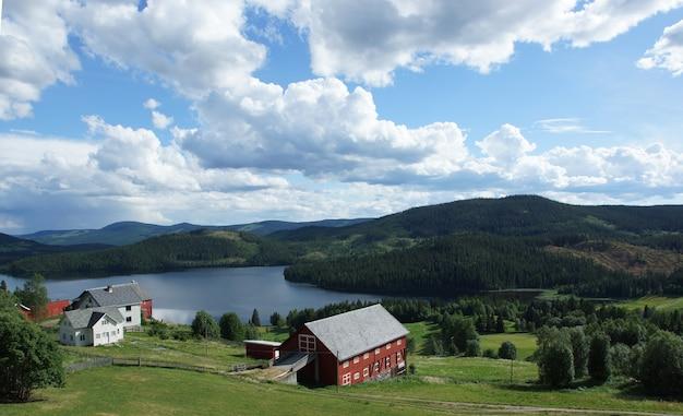 노르웨이 피요르드 해안 계곡에 서있는 빨간 집 풍경.