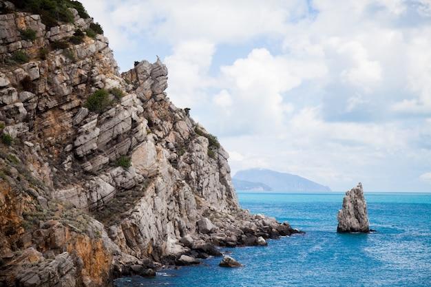 海と美しい空のそばの岩のある風景。古代の珊瑚礁。