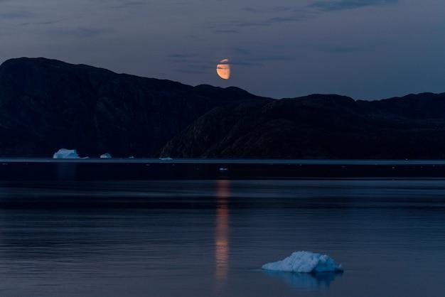 グリーンランドアトマータイムの岩のある風景。