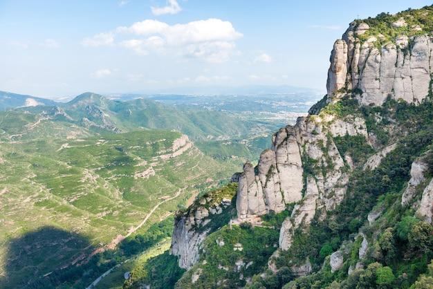 バルセロナの有名なモンセラート山の岩のある風景