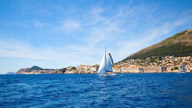 항해 요트와 크로아티아 두브로브니크의 구시가지가 있는 풍경. 전경