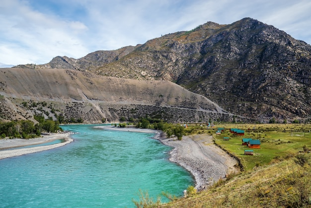 秋のアルタイ山脈のカトゥニ川のある風景