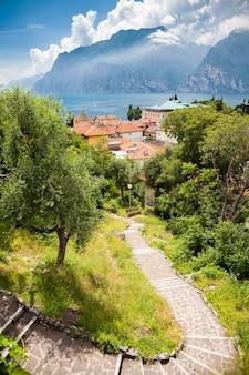 Пейзаж с лестницей, ведущей в небольшую деревню торболе, озеро гарда, италия