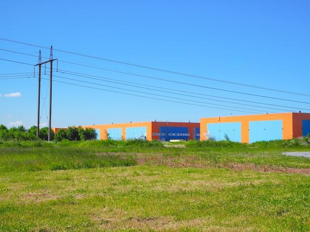 송전선 창고 및 전력선이있는 풍경