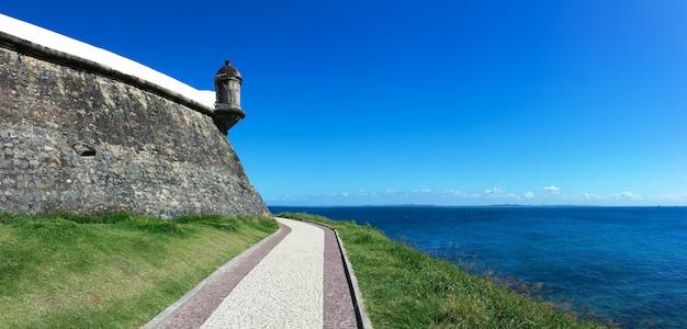 バラ灯台が海と青空に向かって見える風景。
