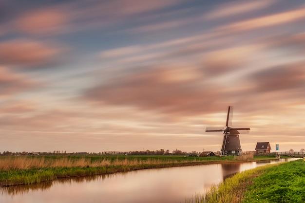 風車と美しい空の長時間露光のある風景