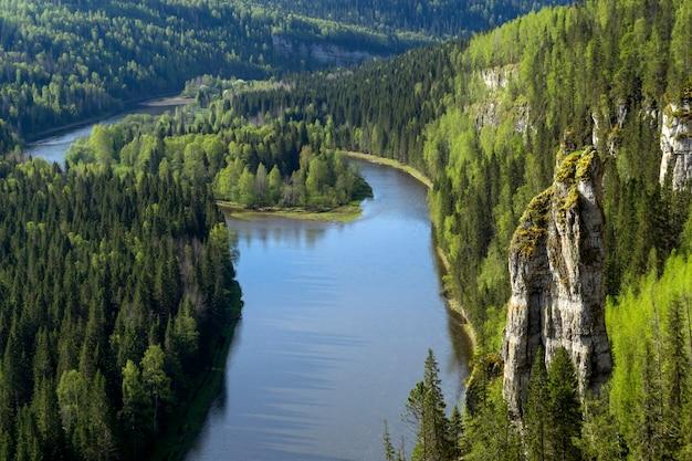 Пейзаж без неба лесистый каньон северной реки со скалами вид сверху