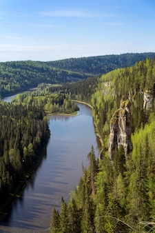 Пейзаж лесистый каньон северной реки со скалами вид сверху