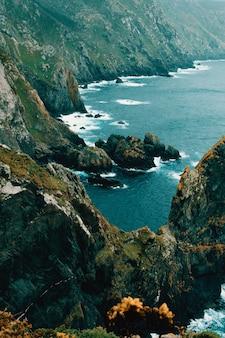 海の崖の海岸の手入れの行き届いた