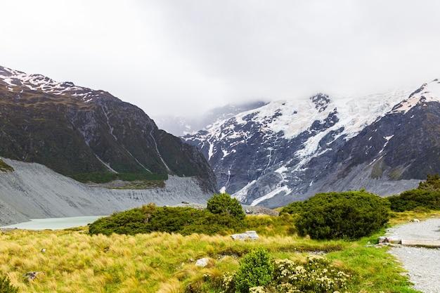 산봉우리로 둘러싸인 서던 알프스 믈러 호수의 풍경