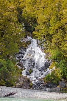 Пейзажи новозеландского водопада среди зелени южного острова