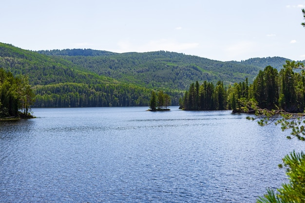 Пейзажи сибирских озер. озеро тагасук. красноярский край, россия