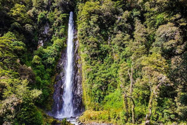 Пейзажи южного острова малый высокий водопад новая зеландия