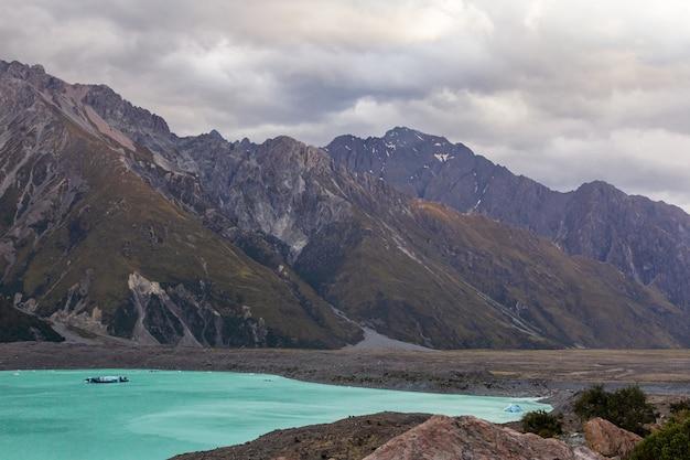 Пейзажи южных альп тасманское ледниковое озеро южный остров новая зеландия