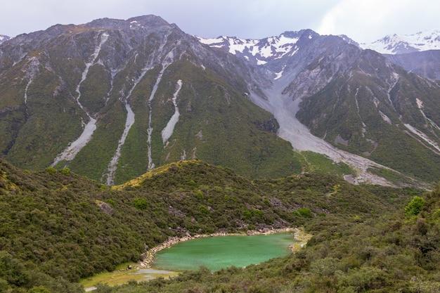 Пейзажи южных альп голубое озеро зеленое новая зеландия