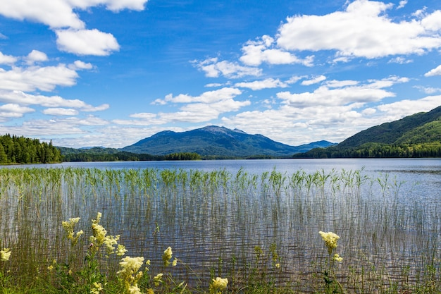 Пейзажи на озере тагасук. гора кизя. красноярский край, россия