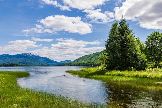Пейзажи с горой кизя и озером тагасук. красноярский край, сибирь, россия