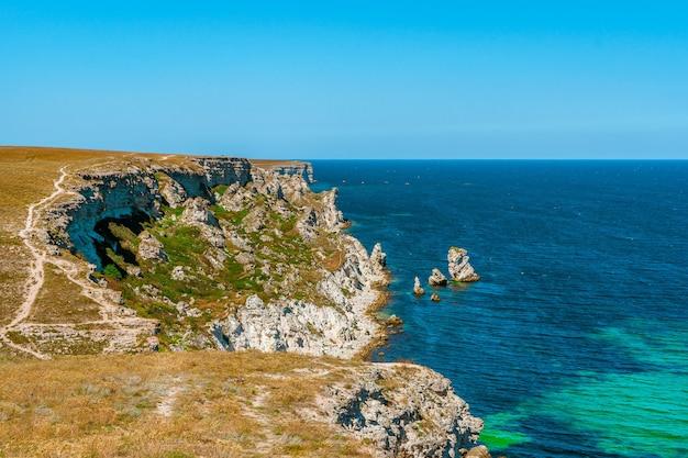 Оползневое урочище на западном берегу крыма живописный морской пейзаж с лазурной водой