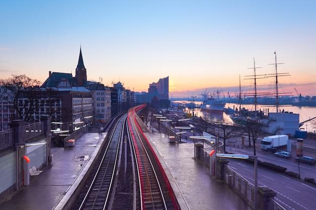 ドイツ、ハンブルクの日の出のlandungsbrucken駅