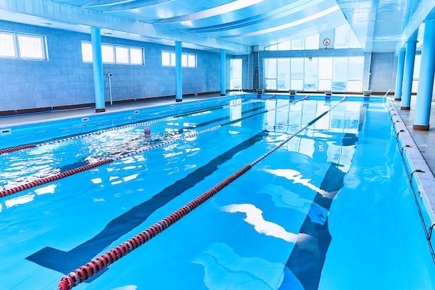 Дорожки спортивного плавательного бассейна в центре досуга