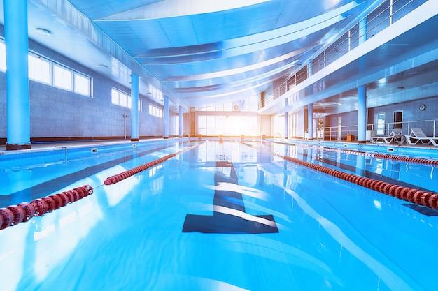 Дорожки спортивного плавательного бассейна в центре досуга Premium Фотографии