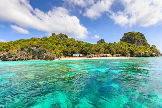 Langka jew islandの熱帯のビーチの美しい海と青い空それはタイ湾に位置しています