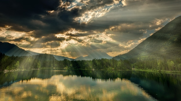Пейзаж озера и солнечного света