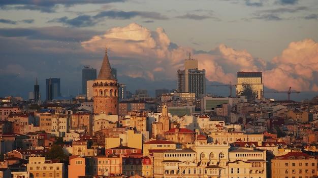 トルコのイスタンブールのガラタ塔と夕方の旧市街の風景