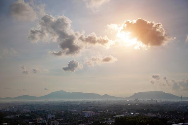 山の背景を持つlanscape市町。