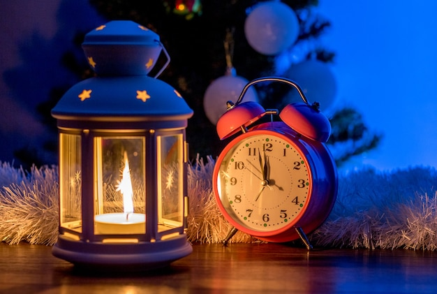 大晦日の前夜にクリスマスツリーの下に提灯と時計_