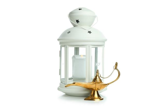 Фонарь и лампа рамадана, изолированные на белой поверхности