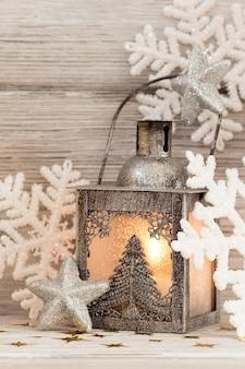 랜턴, 크리스마스 장식, 나무 배경.