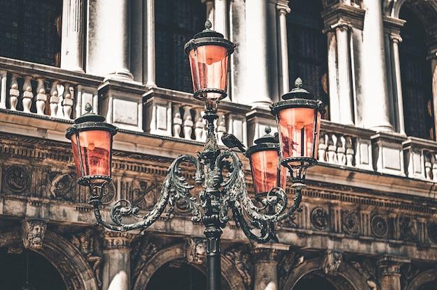 Фонарь на площади сан-марко. концепция путешествия, архитектуры, италии, венеции.