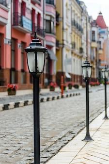 Фонарь на тротуаре в районе элитного города