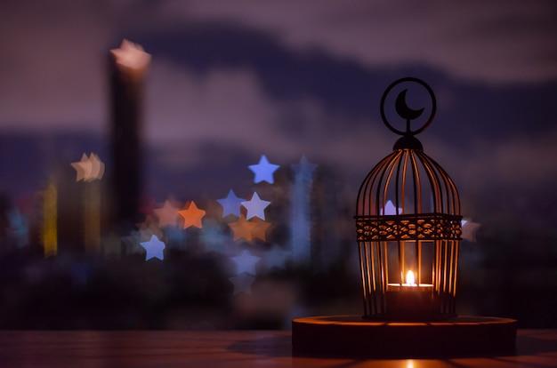 Фонарь с городом боке свет в форме звезды.