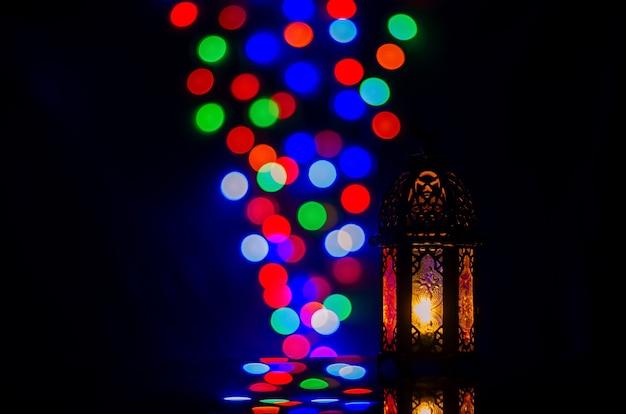 イスラムの新年とラマダンカリームのコンセプトのためのカラフルなボケライト付きのランタン。