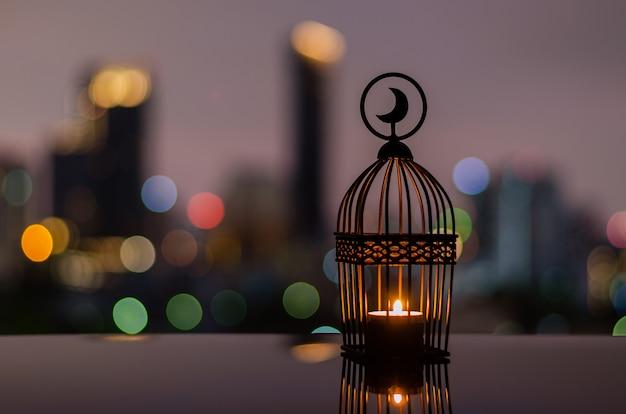 Фонарь с сумеречным небом и боке города светлый фон для рамадан карим.