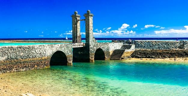 Остров лансароте. старый мост в городе арресифе