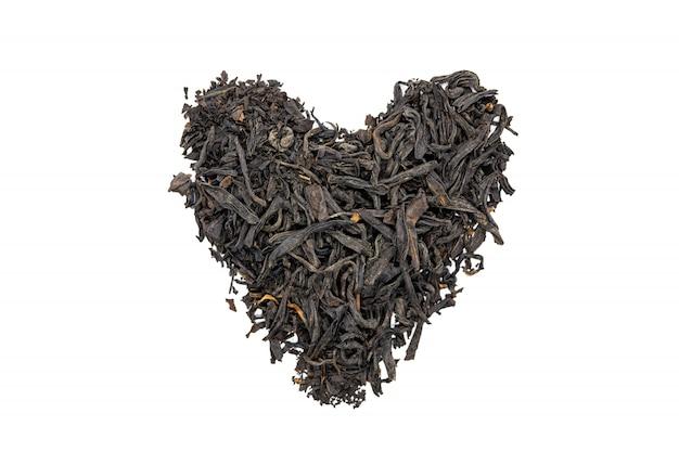 Чай лапсанг сушонг, в форме сердца, изолированные, закройте.