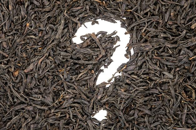 Чай лапсанг сушонг, в форме вопросительного знака, крупный план.