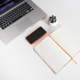 Laptoの横にある本を開く