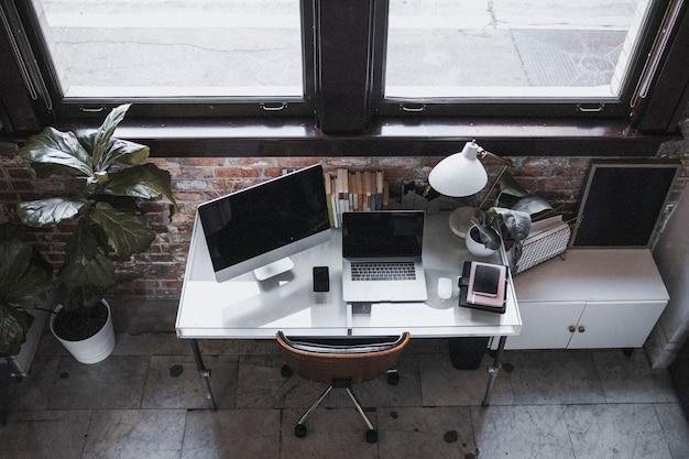 홈 오피스에 있는 노트북과 컴퓨터